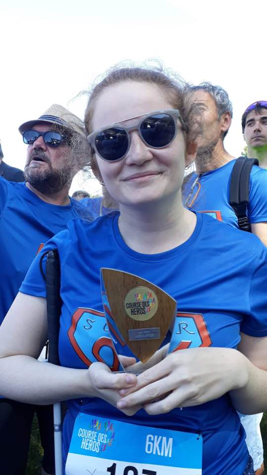 Photo de Lucie avec un trophée pendant la Course des Héros.