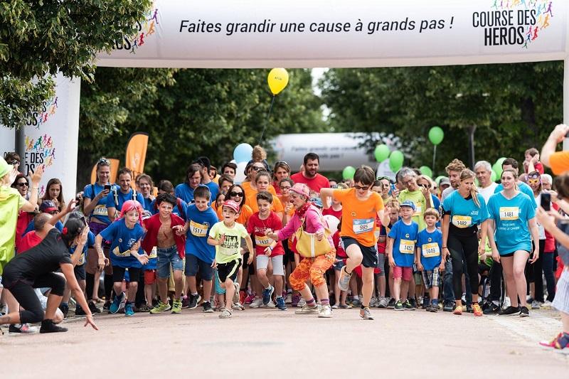 Photo montrant les participants de la Course des Héros sur la ligne de départ.