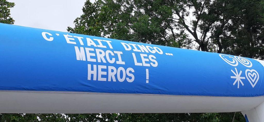 """Arrivée de la Course des Héros de Nantes 2021. Il est écrit """"C'était dingos.... Merci les héros !"""""""