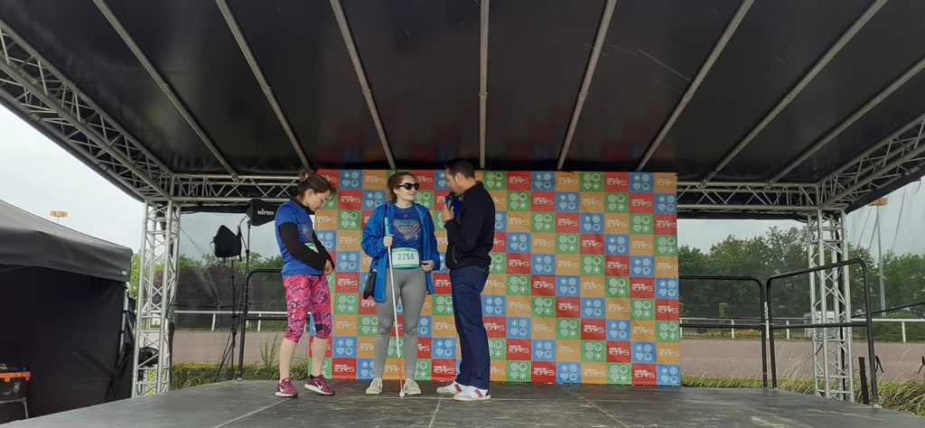 Photo de Lucie su rle podium lors de la Course des Héros 2021